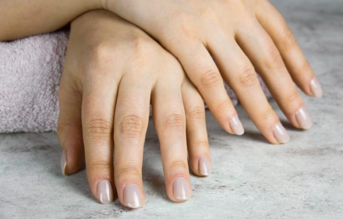 10 стильних сірих дизайнів для нігтів